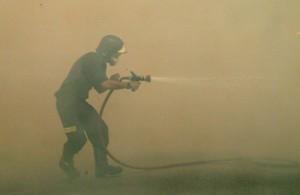 Bombero, durante incendio forestal. Imagen: José Pereira. Fuente: Wikimedia Commons