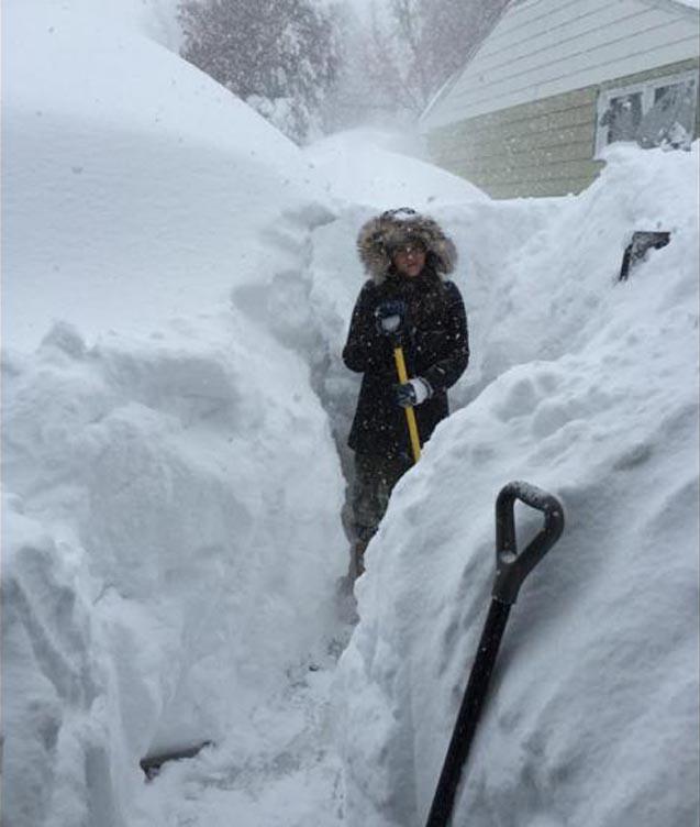 Limpiando la entrada de casa bajo metro y medio de nieve en Lancaster, Nueva York