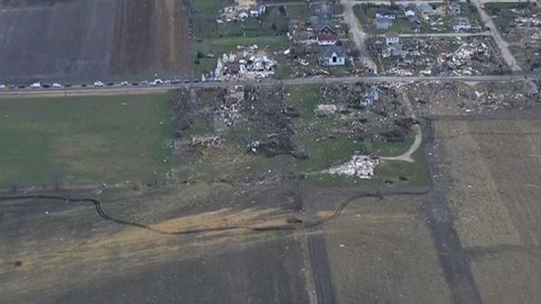 Vista aérea de la localidad de Fairdale, Illinois trás el paso del tornado.