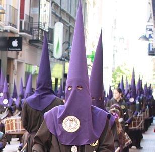 Nazarenos tocando el tambor, en la Semana Santa de Zaragoza